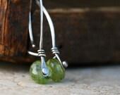 Peridot and silver rivet earrings - Riveting