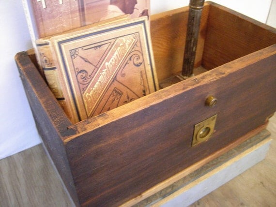 Wood box with brass metal pull.........vintage