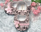 Baby Girl Shoe Emma in Pink Damask by Pink2Blue, slipper/bootie Infant Sizes, Handmade by Pink2Blue.