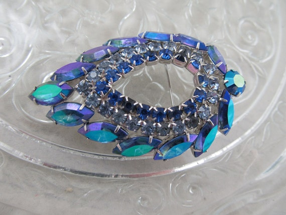 lovely LAGUNA blue Sarah Coventry navette round LARGE brooch