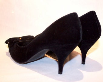 Gorgeous Black Velvet Pumps with Pretty Bow - Vintage High Heels - Dainty & Retro - Very Good Vintage Condition