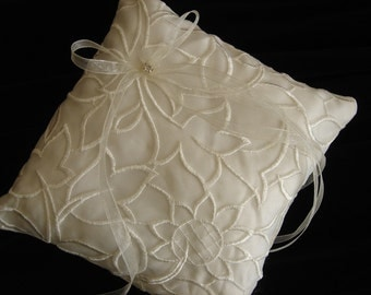 SUNFLOWER - Ring Pillow with Sunflower Lace Motiff