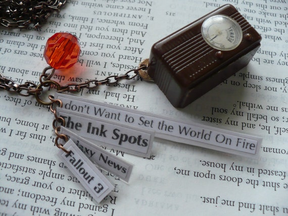 Fallout Galaxy News - The Ink Spots - I don't want to set the world on Fire - Necklace - Plastic  - Vintage - Radio - Red -