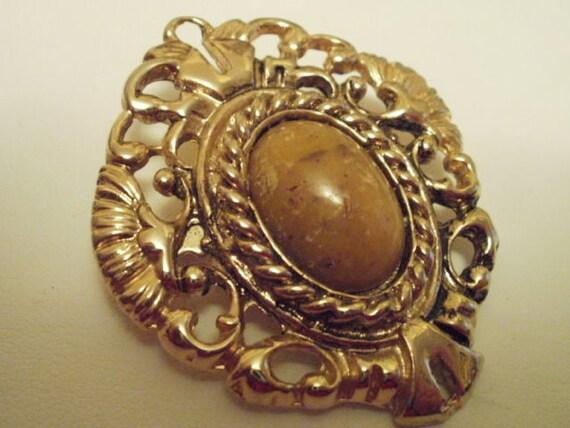 Vintage brooch, regal brooch, agate brooch, pierced goldenbrooch, ornate brooch, 1940s brooch