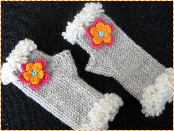 Children's FLORAL mittens with furry trim    Beige color