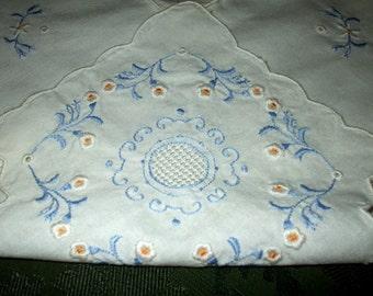 Hand Embroidered Cutwork Bun Roll Warmer Basket Liner Vintage