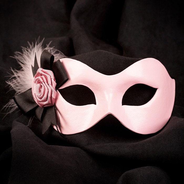 Le masque pour la personne de la soude et le miel des boutons