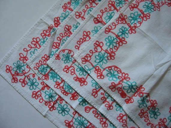 ON SALE-Set of 4 adorable vintage cotton dinner napkins retro floral daisy embroidery turquoise red on white