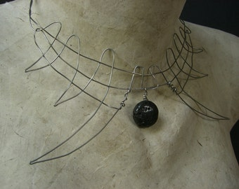 Corono dentatus - stainless steel wire necklace with lava bead