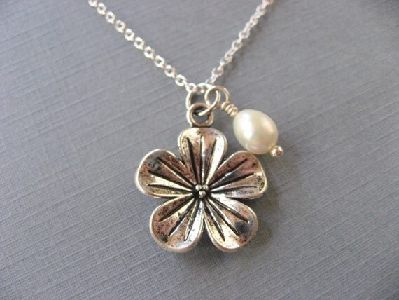 Flower Necklace with Featuring a Tiny Glass Pearl Necklace