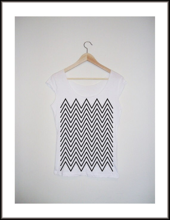 White cotton T shirt hand stenciled with a black zig-zag print-Size L