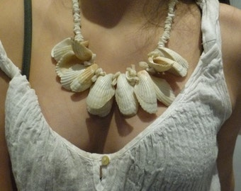 White Seashells Necklace, White Necklace, Seashell Necklace, Statement Necklace, Chunky White Necklace, Vacation Necklace, Beach Necklace.