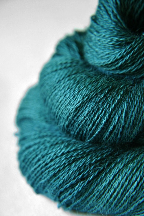 Giant clam closing forever - Baby Alpaca / Silk yarn lace weight