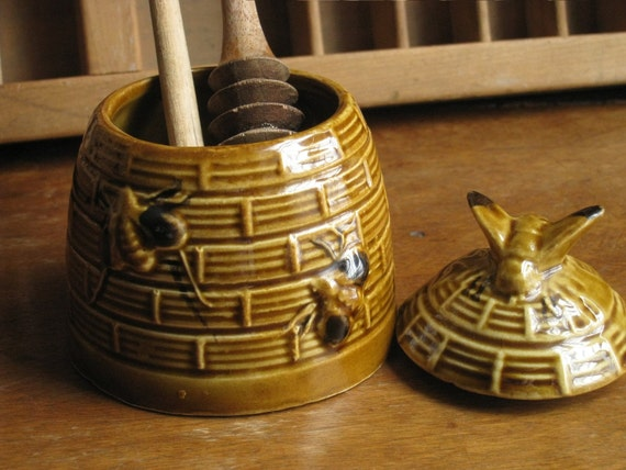 Ceramic Honey Jar with Two Wooden Servers
