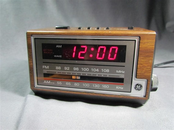 ge general electric am fm music radio alarm clock woodgrain. Black Bedroom Furniture Sets. Home Design Ideas
