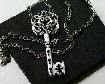 Skeleton Key Necklace in Antique Silver - Steampunk