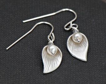 Calla Lily Earrings Pearl Earrings in SILVER - Perfect Bridesmaid Gift, Wedding Jewelry, Mothers Gift, Birthday