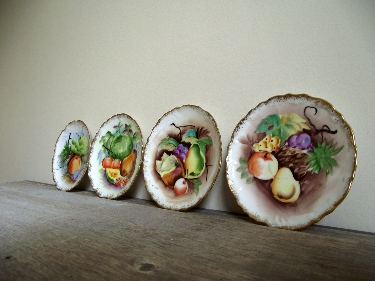 Decorative wall plates handpainted fruit set of four hanging for Decoration plater