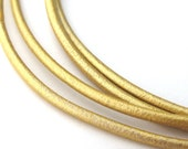 LRD0120069) 1 meter of 2.0mm Light Gold Metallic Round Leather Cord