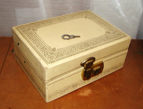 Items similar to vintage 70s jewelry box ivory cream gold for Jewelry box with key