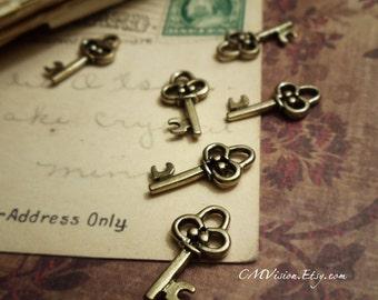 20pc of Antiqued Gold Little Royal Crown Key Charm Pendant Drop J32-Rd