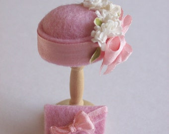 Christmas Sale 10%off  for this week only Handmade 1/12th scale dollshouse moulded pale pink felt cloche style hat and matching bag