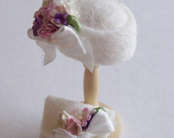 Handmade 1/12th scale dollshouse moulded white felt cloche style hat and matching bag