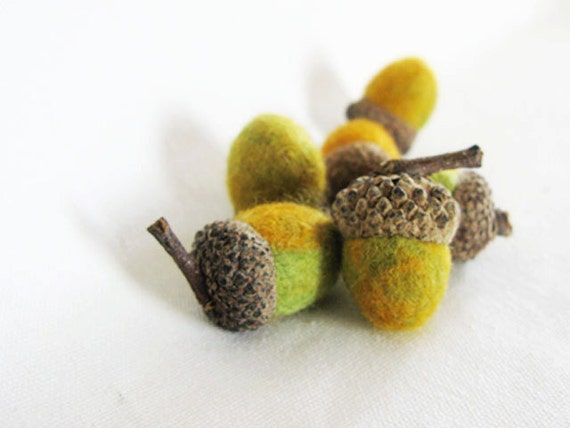 6 felted acorn mossy color