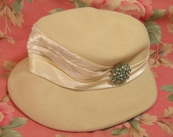 Vintage White Hat With Vintage Pin