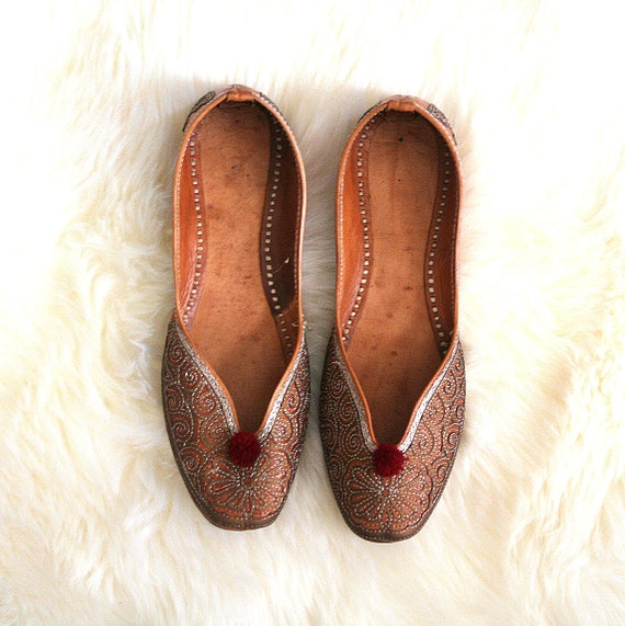 vintage MOROCCAN SLIPPERS embroidered flats BOHEMIAN tan leather . ladies 8.5 - 9