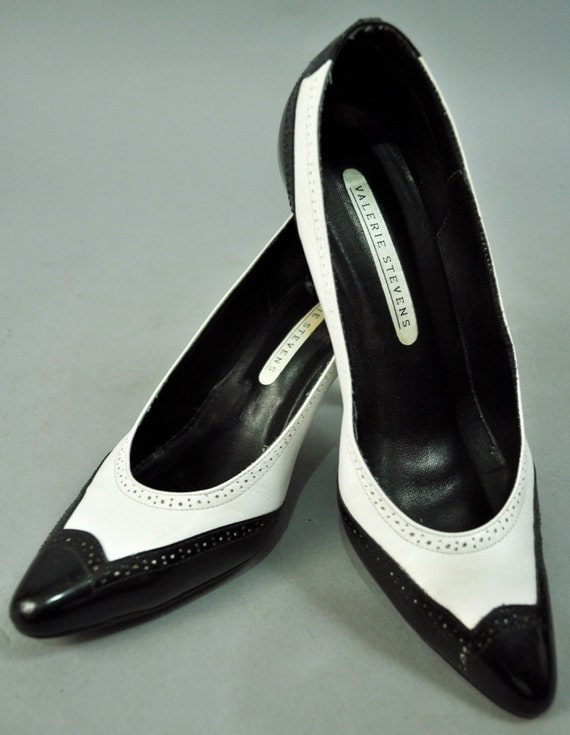 20 DOLLAR SALE Classic vintage black/white spectator pumps 8