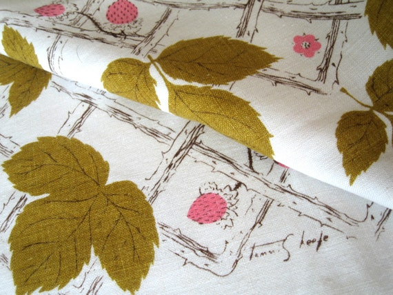 Tammis lattice and berries. Vtg 50-inch tablecloth, great condition.