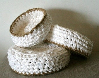 Set of 3 crochet bowls - Upcycled cotton fabric in white with jute cord trim
