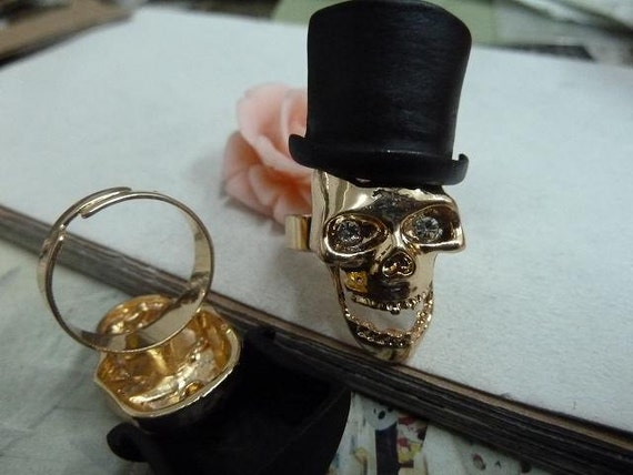 1pcs 18MM Pretty Retro Gold Skull With Black Hat Ring Jewelry  PWN03