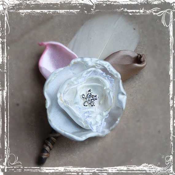 Shelby Бутоньерка - латте, сливки и Pink - Elegant - Жених Groomsmen - нагрудные Pin On - Свадьба - Романтические цветы ткани