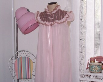 """Vintage 1960s Pink Cotton Baby Doll Short Nightie and Brunch Coat - Matching Set -  Coffee Lace - Bust 34"""" -  NWOT, NOS - Boudoir"""