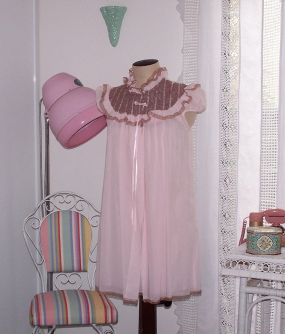 "Vintage 1960s Pink Cotton Baby Doll Short Nightie and Brunch Coat - Matching Set -  Coffee Lace - Bust 34"" -  NWOT, NOS - Boudoir"