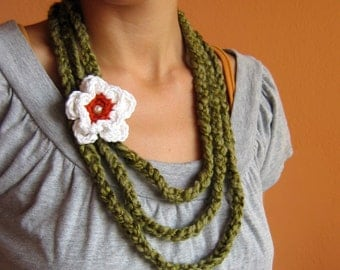 Crochet Necklace in Green and White Flower narcissus