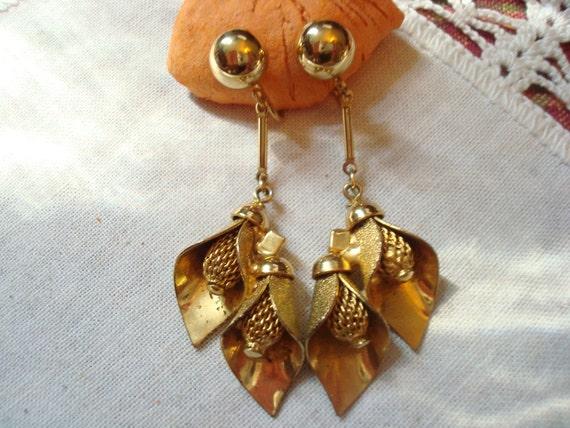 Vintage Gold Tone Dangle Clip Earring