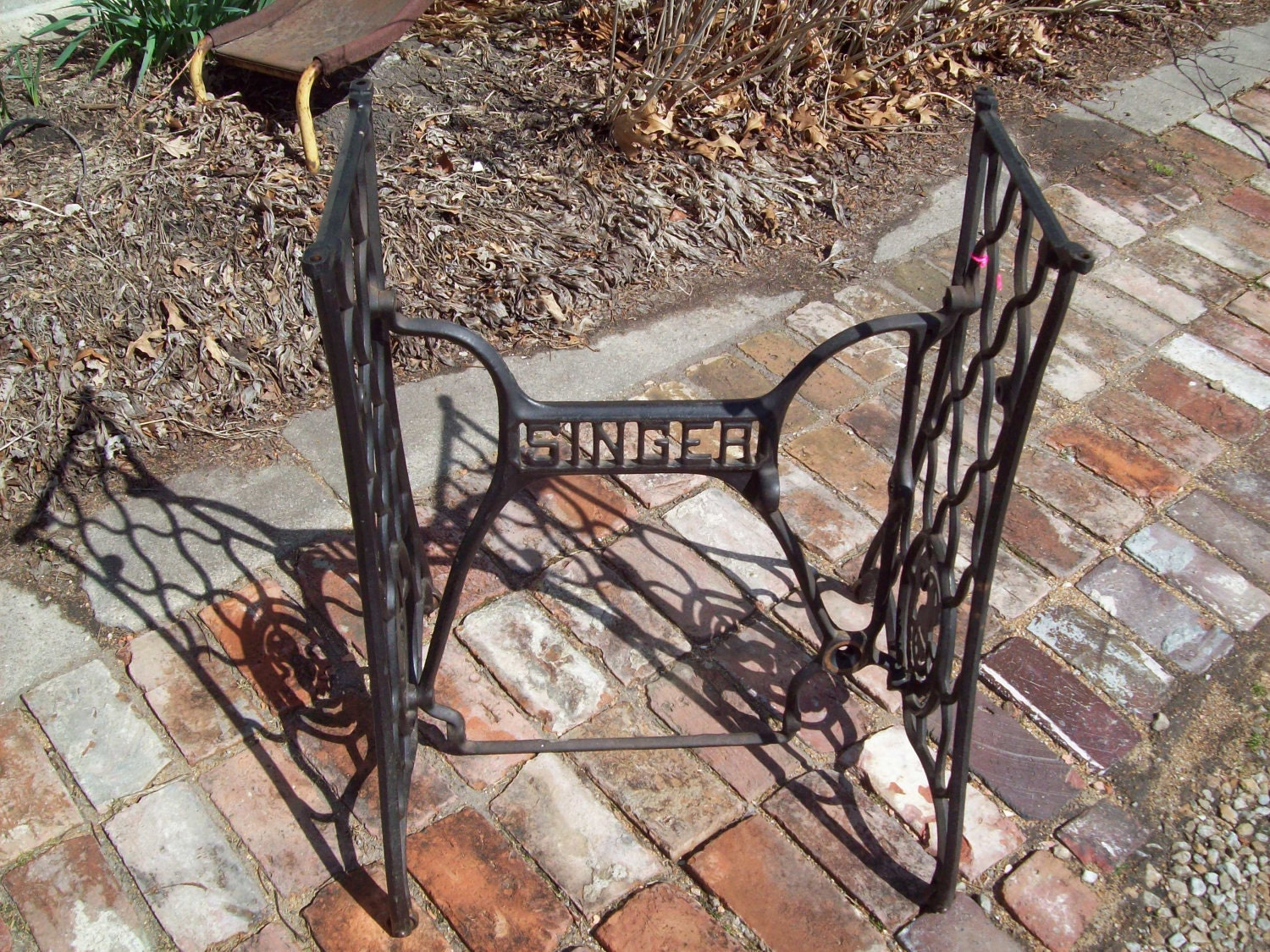 Vintage cast iron sewing machine table legs for Old iron table legs