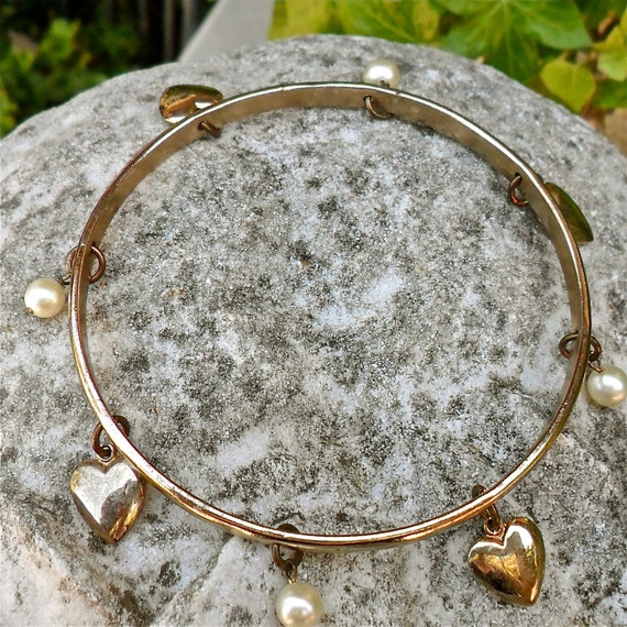 Vintage Gold Toned Bracelet With Dangly Pearls and Hearts..Fun