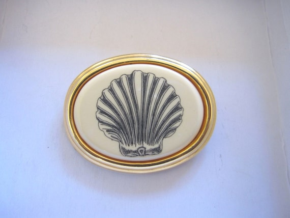 Vintage 1980s Nautical Barlow Scrimshaw Signed Seashell Clam Shell Goldtone Frame Brooch Pin