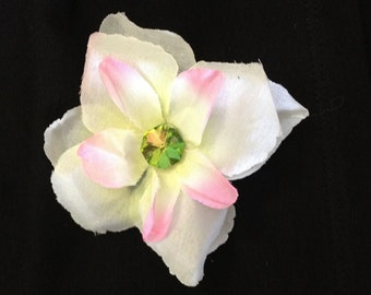 White flower hair clip with a touch of pink