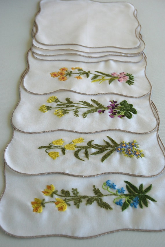 Reserved for Shelley - Vintage Hand Embroidered Place Mats and Cloth Napkins Set of 4