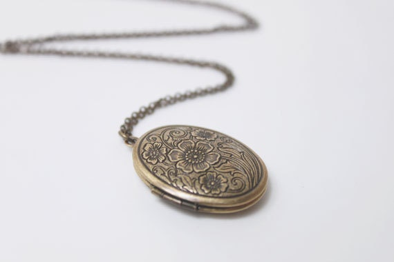 Vintage style Floral pattern oval Locket - S2065-1