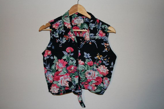 Vintage floral print tie knot button up sleeveless top.