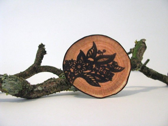 fake woodslice and black lace print brooch - free shipping - faux bois - free shipping