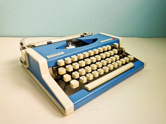 Manual portable typewriter Blue Olympia Traveller de Luxe 70s