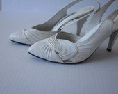 SALE 35% OFF// vintage 1980s white draped and knotted pointed heel