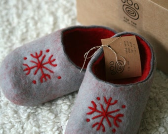 Grey felt slippers with red decors